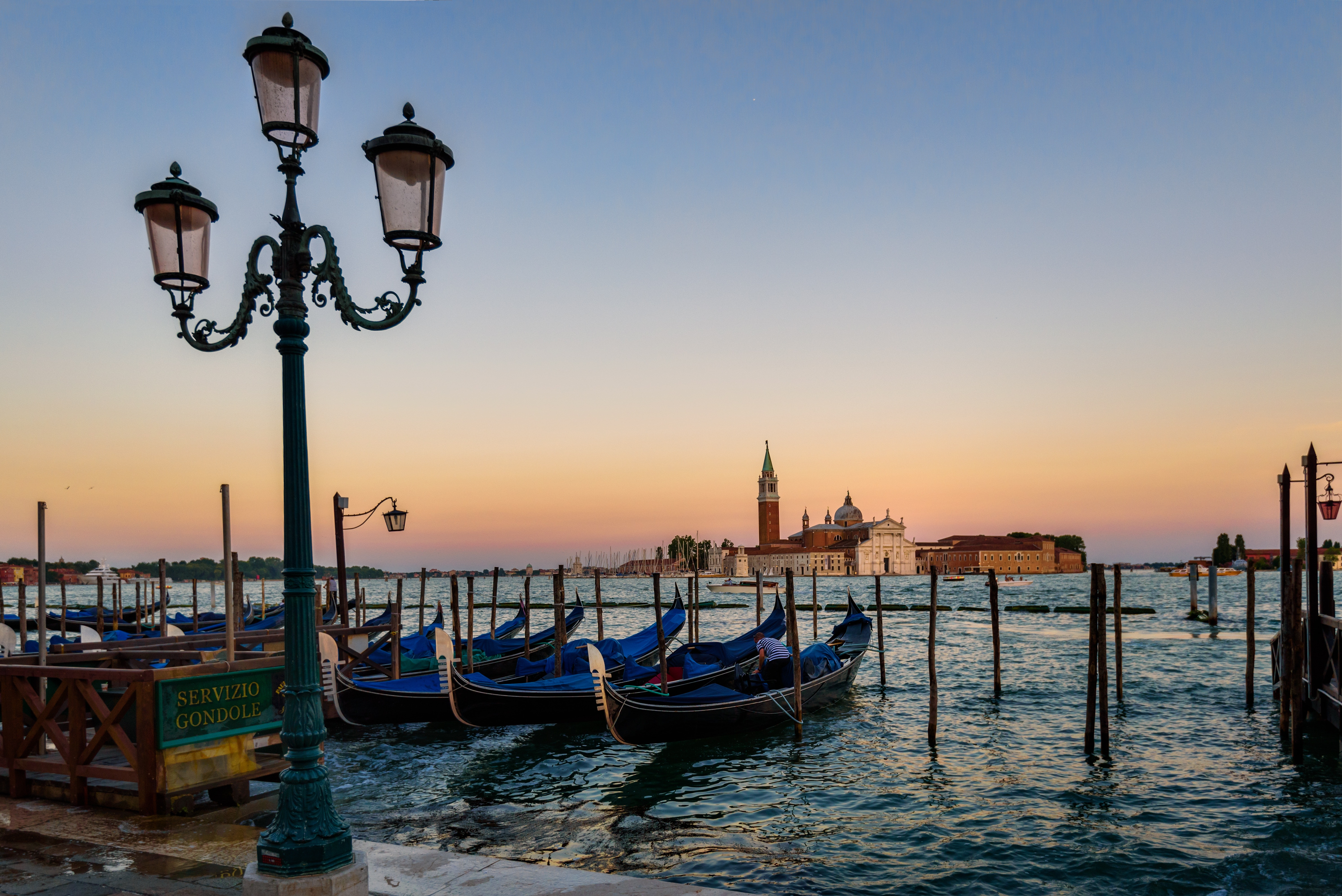 Venice: the Mose gets up for the first time at night